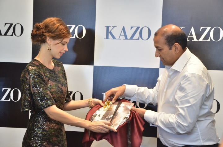 Mr. Deepak Aggarwal, Managing Director, Kazo with Kalki Koechlin unveiling Kazo's AW'16 collection catalogue.JPG