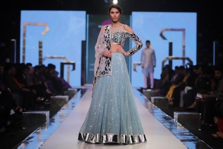Model walks the Ramp for the Grand Finale by Nivedita Saboo Couture (2)