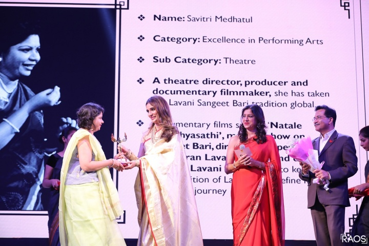 Arun Arora, Centre Director, Phoenix Marketcity, Pune and Bollywood actress Alankrita Sahai giving the award - Savitri Medhutal